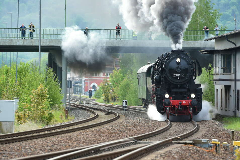 Eine Spende der Sparkasse bringt den Ostsächsischen Eisenbahnfreunden Löbau wieder ordentlich Kohle für ihre Volldampf-Fahrten.