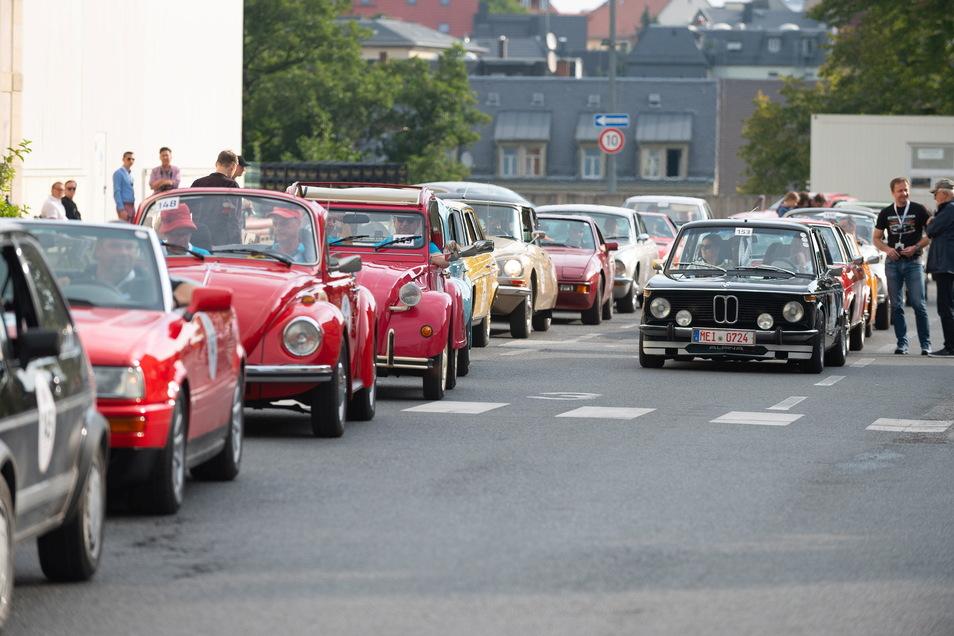 Ungefähr 200 Oldtimer fuhren am Samstag über 300 Kilometer von Radeberg nach Dresden.