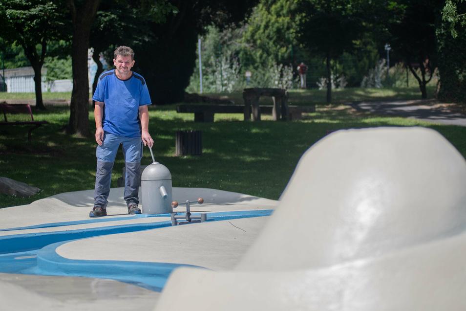 Der Wasserspielplatz auf dem Gelände des ehemaligen Kamenzer Bades wurde generalüberholt. Thomas Wehner kontrolliert, reinigt und repariert die Anlage mit seinen Kollegen täglich.