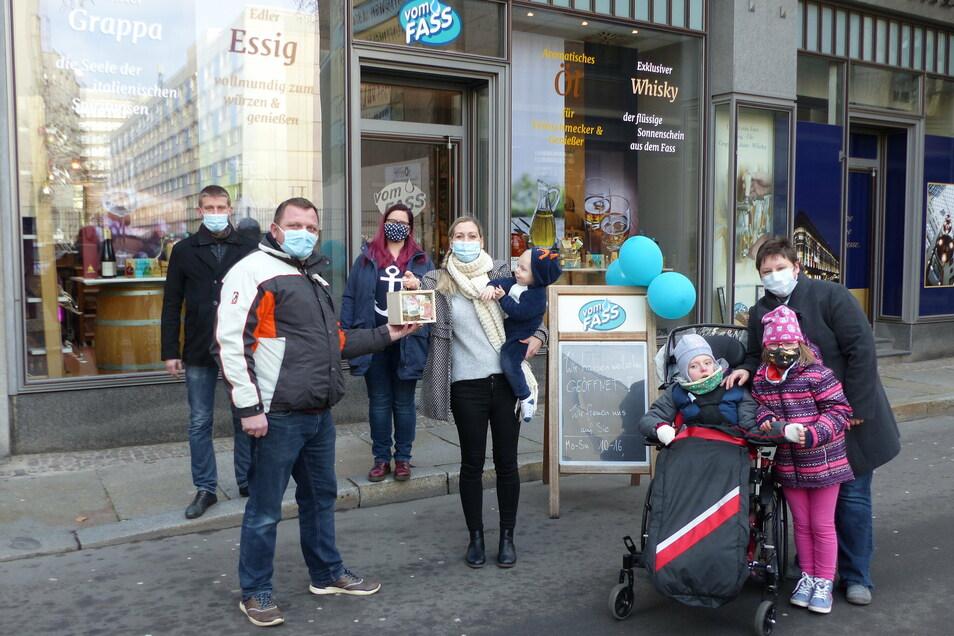 Ulrike Mothes hat in Leipzig eine Spende an die Familie Stuber aus Döbeln übergeben. Das Geld soll für die Therapie der kleinen Josefine verwendet werden.