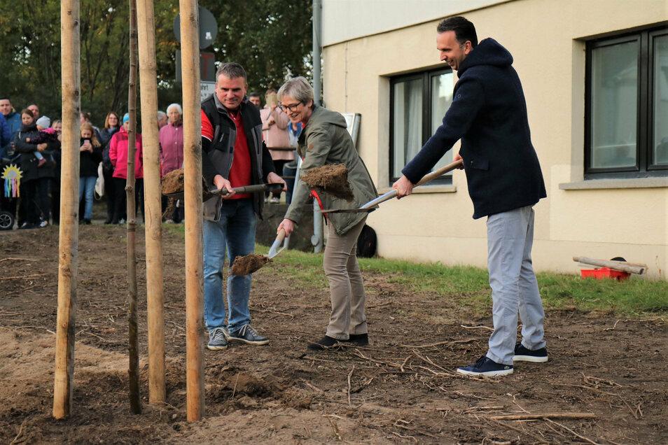 Gemeinsam geplanzt: Enrico Möller vom Verein Sport und Freizeit, Gudrun Neugebauer vom Ortschaftsrat Nickritz und Riesas OB Marco Müller (v.l.).