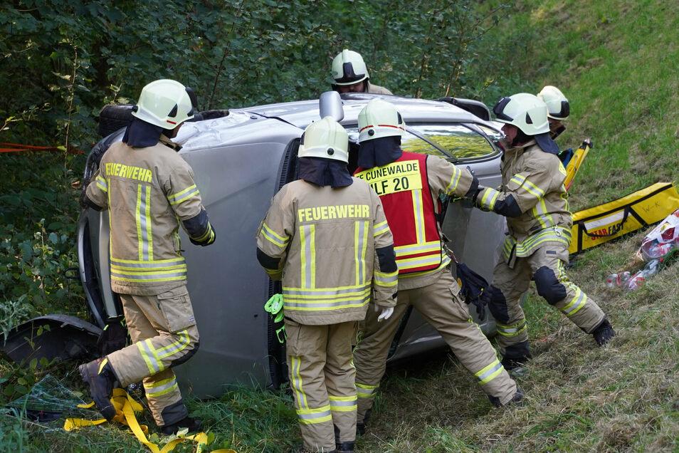 Am Wurbiser Berg zwischen Oppach und Cunewalde ist am Dienstagnachmittag ein Toyota im Straßengraben gelandet.