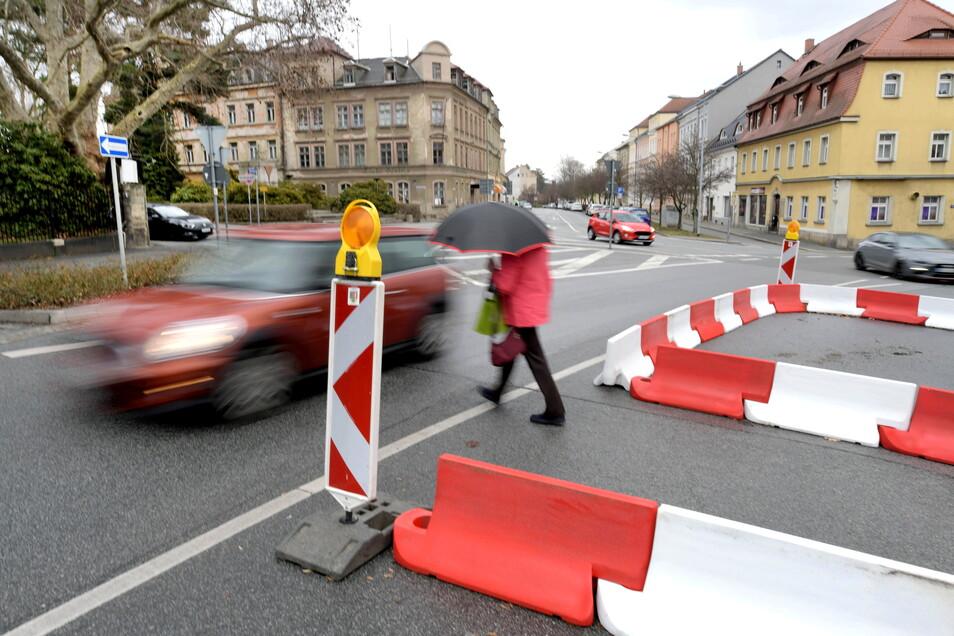 Mit weiteren Baken werden seit Kurzem Fußgänger am Klienebergerplatz in Zittau gefahrloser an die noch offene Spur des Ring herangeführt. Dadurch verkürzt sich ihr Weg, wenn sie eine Lücke zwischen den Autos nutzen wollen.