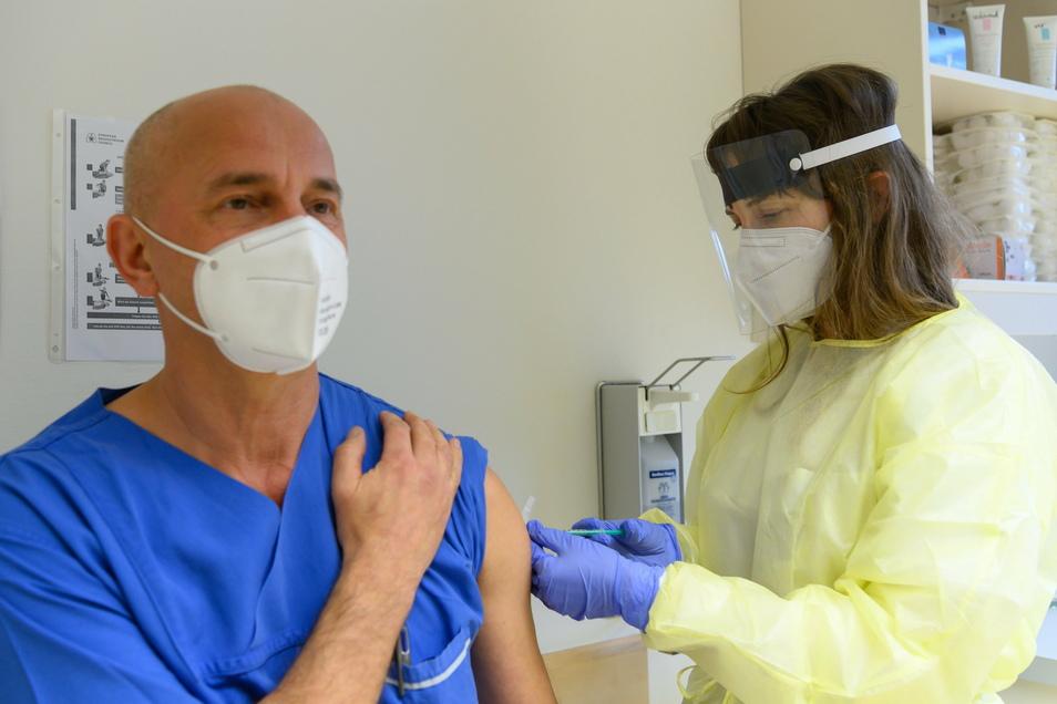 Anke Döring (r), Internistin im Städtischen Klinikum Dresden, impft im Impfzentrum für Mitarbeiter Hagen Bulir, Krankenpfleger in der Notaufnahme, gegen Corona.