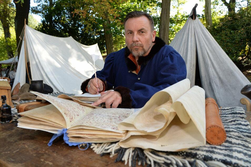 Schriftenmaler Maik Elliger vom Ritterbund Thüringen zeigt, wie man früher auf Pergamentpapier geschrieben hat.