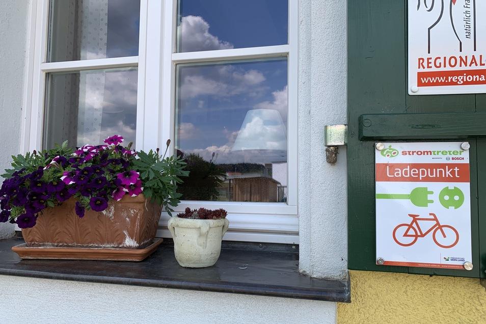 Viele Gaststätten im Seenland bieten Stromladestationen an. Das Regionalzeichen steht für heimische gute Küche.