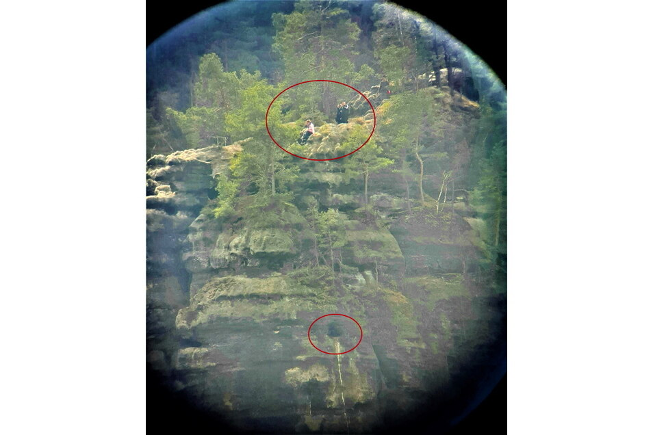 Blick durchs Fernrohr: Oben Wanderer, nur wenige Meter tiefer der Brutplatz eines Wanderfalkenpaares. In der Horstschutzzone sollte das nicht passieren.