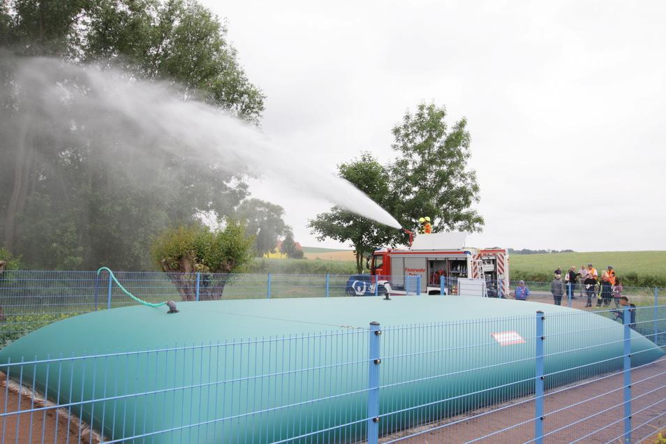 2.500 Liter Wasser pro Minute schießen aus dem Strahlrohr der Ostrauer Feuerwehr. Die testet die Demonstrationsanlage der Veolia zur flexiblen Löschwasserversorgung in Schmorren bei Ostrau.