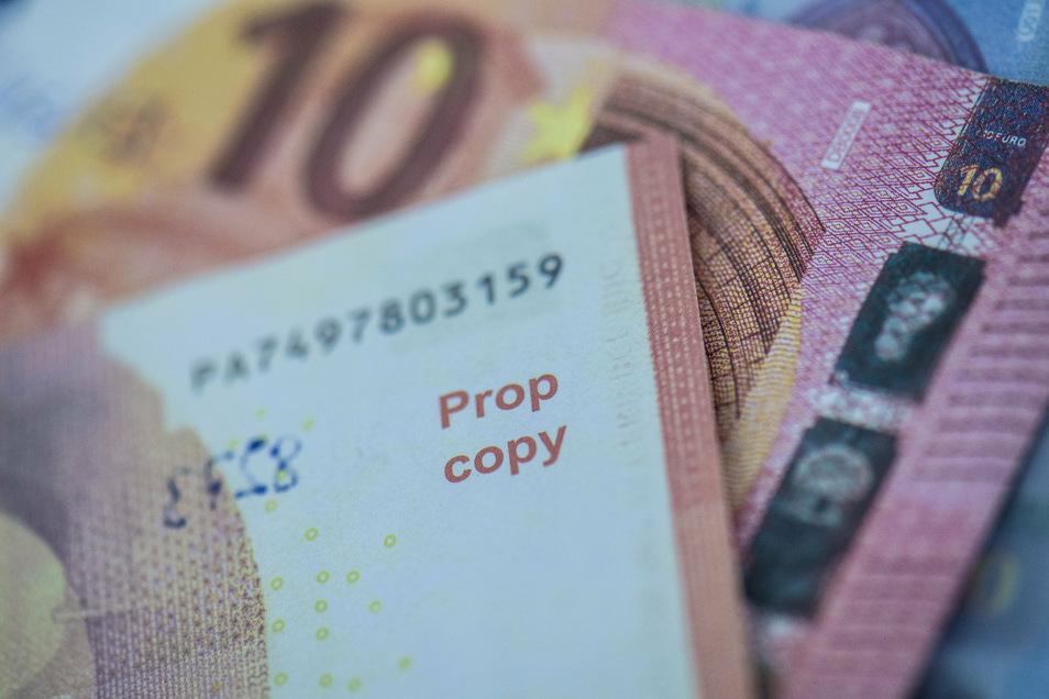 Dieser Aufdruck gehört da nicht hin - jedenfalls nicht bei echten Banknoten. .