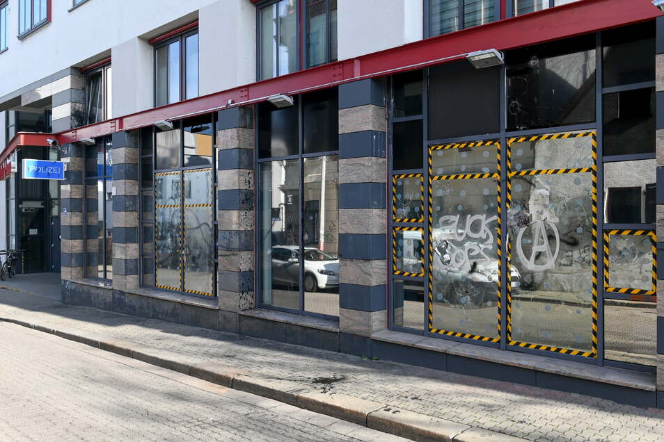 : Die Scheiben der Polizeistation im Leipziger Stadtteil Connewitz sind nach einem Angriff beschädigt.