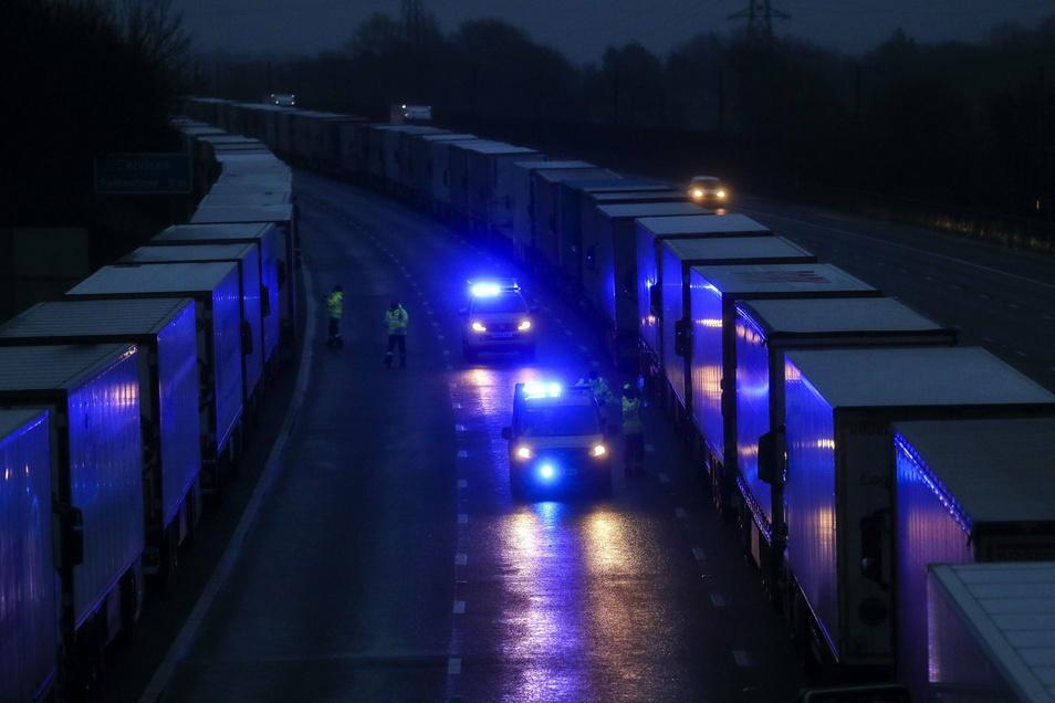 Tausende Lkw sitzen vor der britisch-französischen Grenze fest.