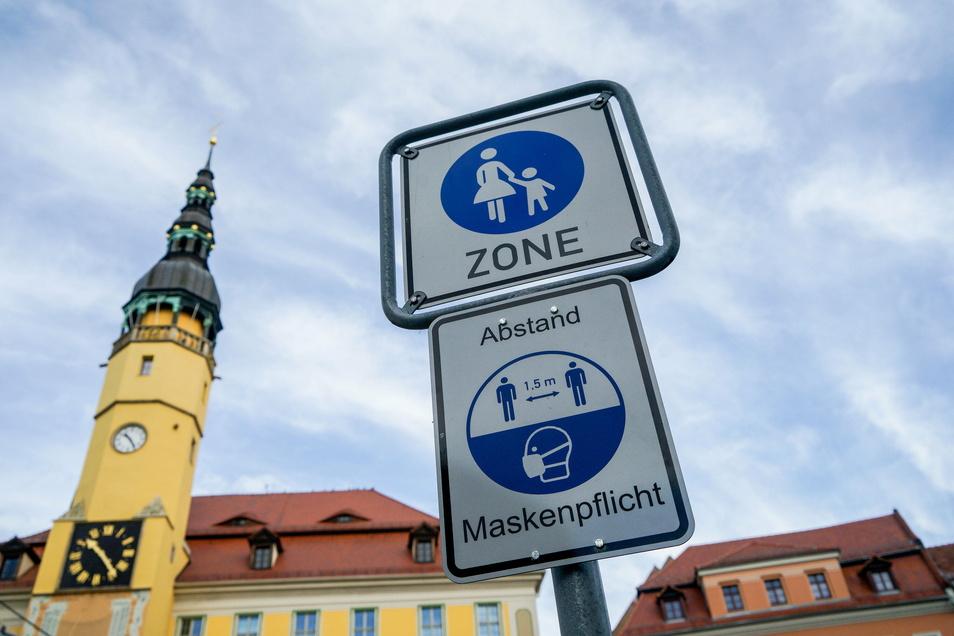 In Bautzen weisen Schilder auf die Maskenpflicht hin. Im Landkreis wird es von Dienstag an verschärfte Beschränkungen geben.