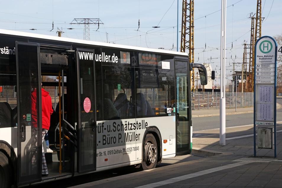 Hinten einsteigen, bitte: Am Riesaer Busbahnhof wird die neue Einstiegsregel des Verkehrsverbunds umgesetzt.