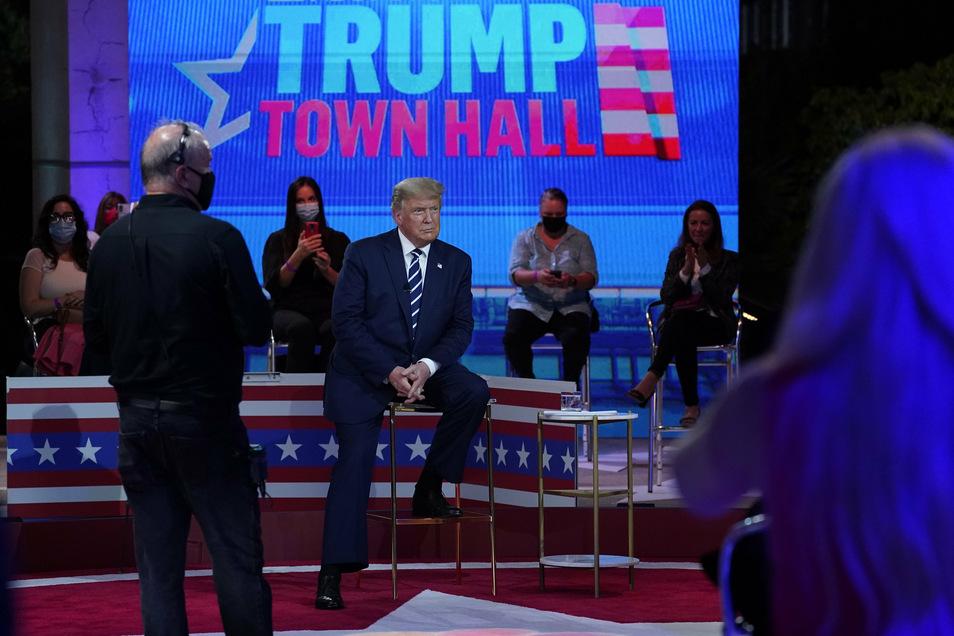 Donald Trump bei der Fragestunde mit Wählern im Perez Art Museum in Miami. Der US-Präsident und sein demokratischer Herausforderer Biden traten zeitgleich bei konkurrierenden TV-Fragestunden mit Wählern auf.