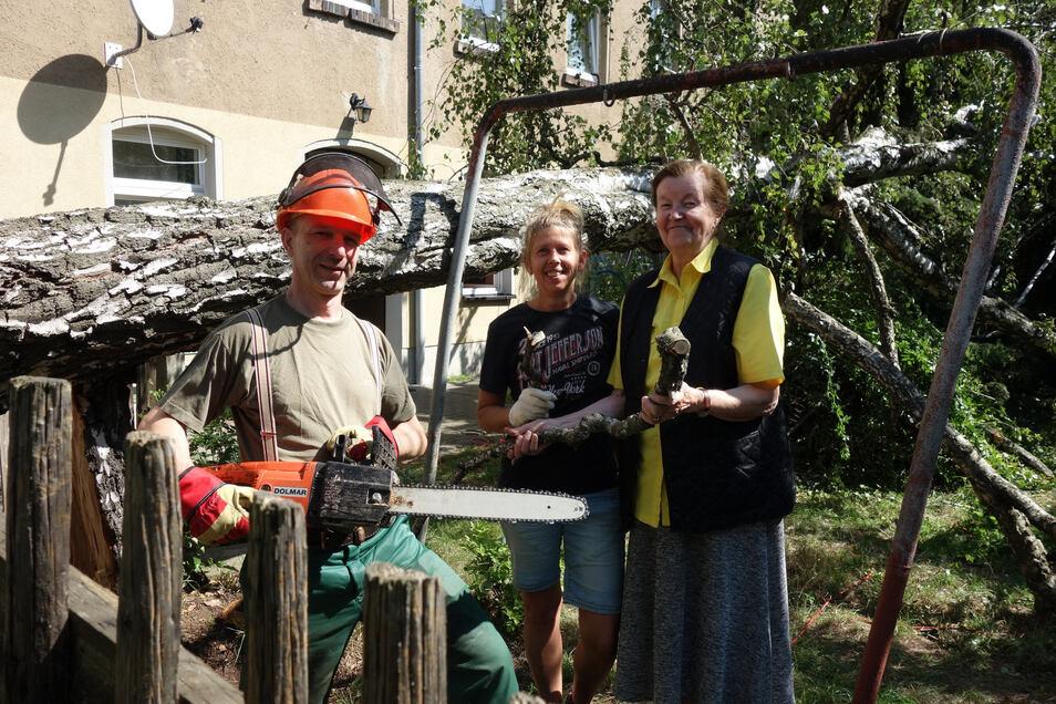 Die fast 100 Jahre alte Birke im Garten von Brigitte Gabsch (rechts) hat den letzten Sturm nicht überstanden, Ingolf Redling und Ines Köhler leisteten beim Zersägen des Baumes Nachbarschaftshilfe.