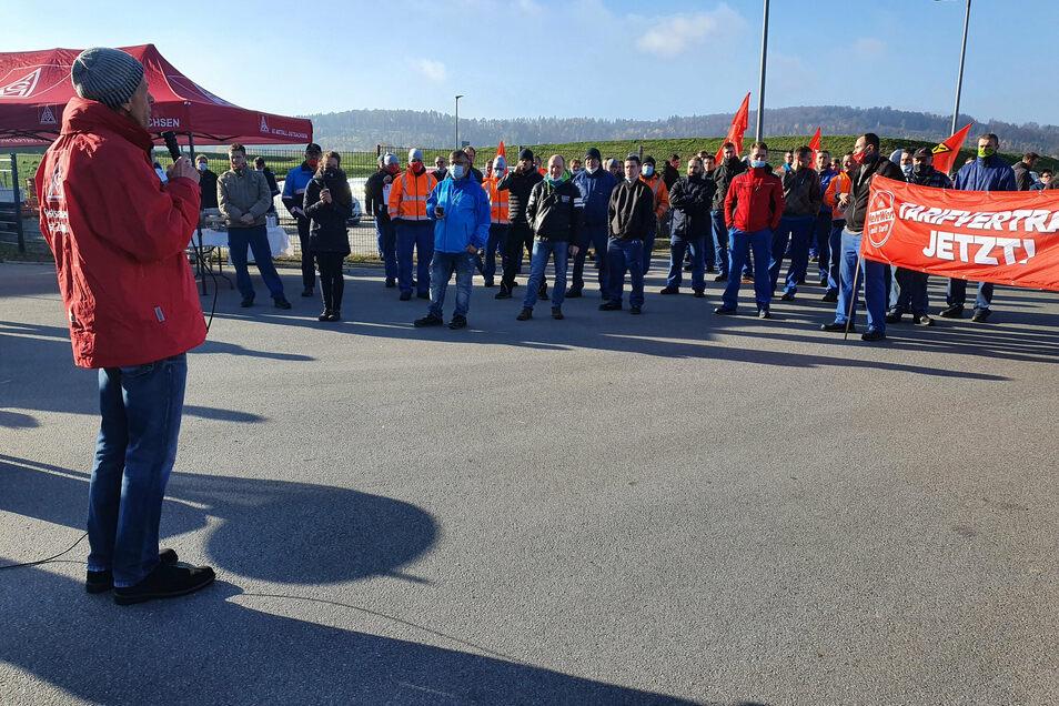 Der Betriebsratsvorsitzende von Linde + Wiemann in Elstra, Lars Pietsch, informiert die Mitarbeiter des Automobilzulieferers über den Abbruch der Tarifverhandlungen.