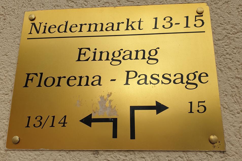 Ein Messingschild erinnert in Waldheim an den ehemaligen Florena-Produktionsstandort am Niedermarkt.