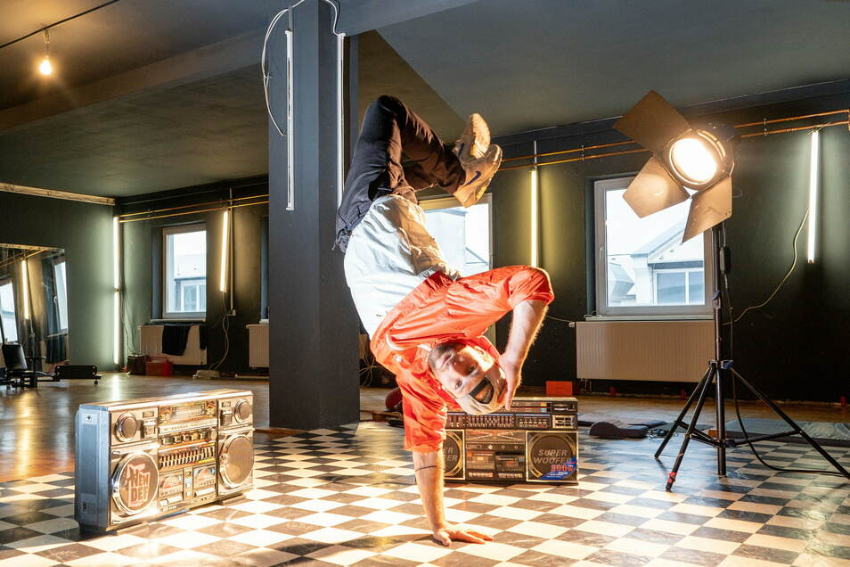 Um auf einer Hand zu stehen und so zu den Beats aus den beiden Ghettoblastern zu hüpfen, bedarf es viel Übung. Bei Felix Roßberg und weiteren erfahrenen Breakern kann man dies im Tanzstudio an der Meißner Straße lernen.