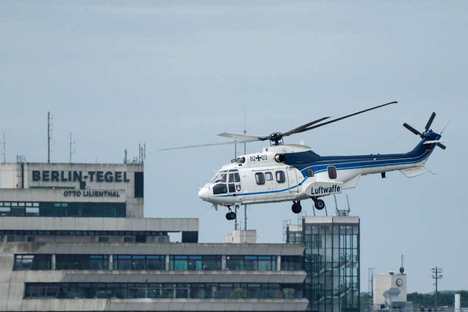 Ein Bundeswehr-Hubschrauber der Luftwaffe startet auf dem militärischen Teil es Flughafen Tegel. Auch nach der geplanten Schließung des Berliner Flughafens Tegel im Herbst sollen dort noch bis 2029 Regierungshubschrauber starten und landen.