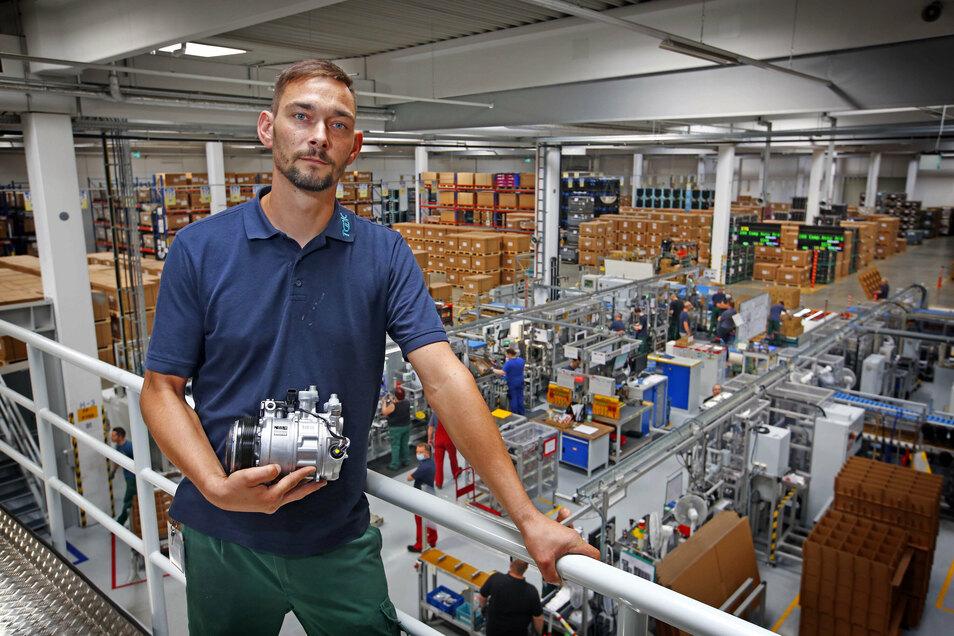 TDDK-Mitarbeiter Sandro Zimmermann arbeitet seit sechs Jahren in der Montage des Herstellers von Klimatechnik für Autos. Er ist froh, dass die Produktion nach der Corona-Zwangspause in Straßgräbchen wieder läuft.