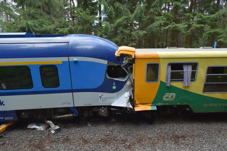 Die beiden Züge stehen nach der Kollision ineinander verkeilt auf dem Gleis.