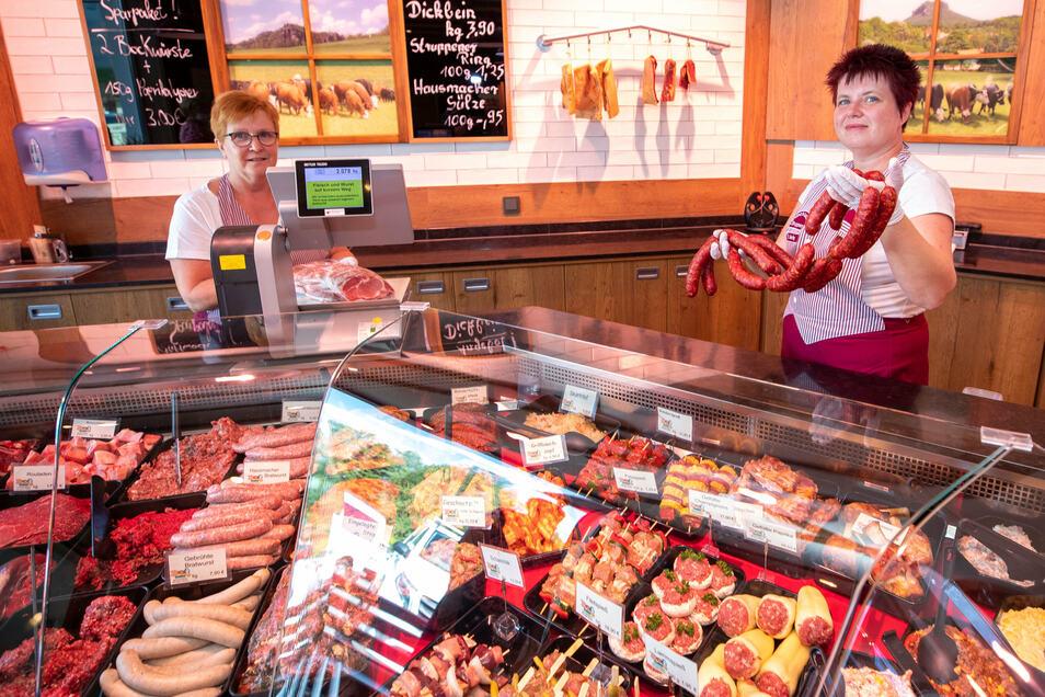 Die Verkäuferinnen Ellen Brodmann (l.) und Peggy Hering werden oft von Kunden gefragt, wie das Fleisch der Agrarproduktion Struppen produziert wird. Dann verweisen sie meist auf die Wiesen gleich in der Nähe.