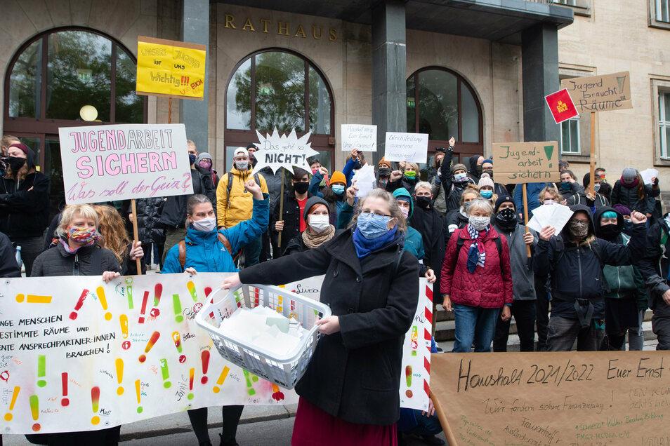 Vor dem Dresdner Rathaus protestieren Anbieter von Gleichstellungsprojekten für mehr Geld.