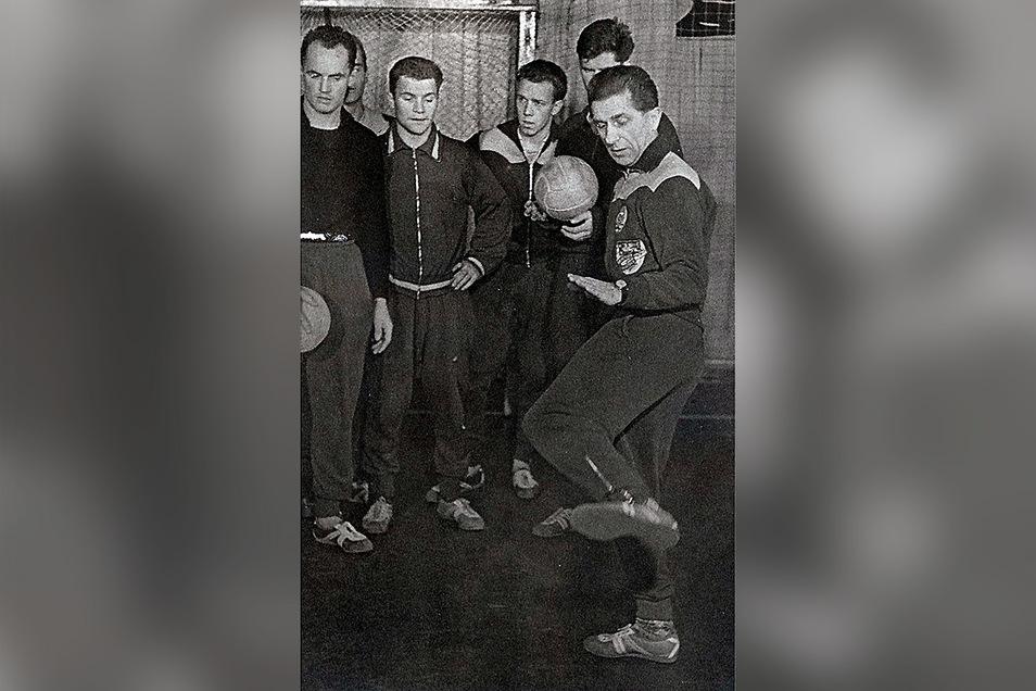"""Mit dem Ball konnte Walter Fritzsch auch nach seiner Kriegsverletzung noch gut umgehen und seinen Spielern als """"Rastelli"""" etwas vormachen wie 1960 beimDDR-Oberligisten SC Empor Rostock für einen TV-Beitrag."""