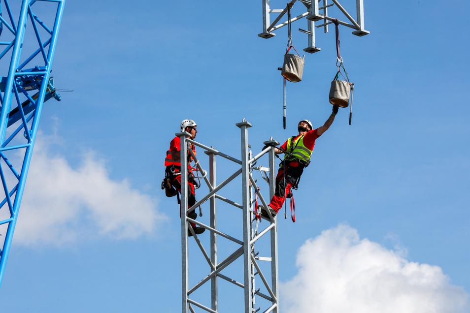 Er war der erste in Lawalde und sendet noch: Der temporäre Funkturm von Vodafone nahe der Entsorgungsgesellschaft EGLZ.