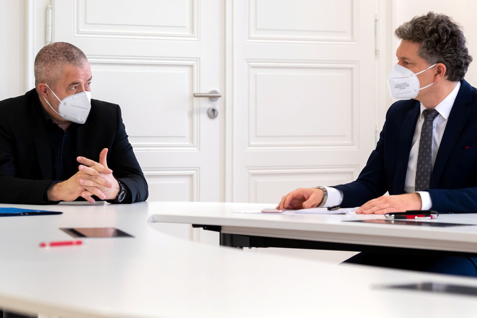 Mit Abstand und Maske, aber offen und neugierig: Der Pirnaer Landrat Michael Geisler (li.) und der regionale SZ-Redaktionsgeschäftsführer Domokos Szabó im Gespräch.
