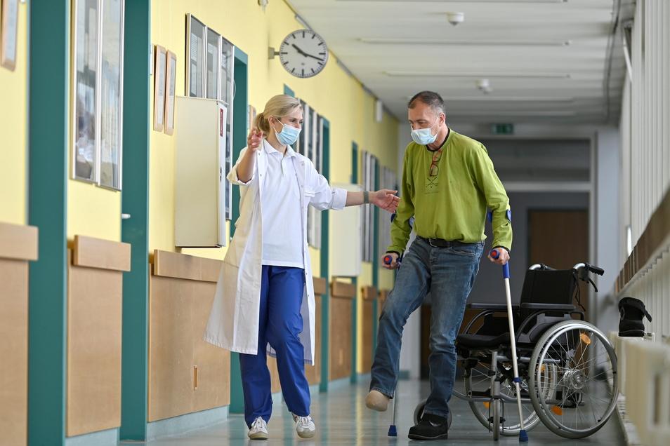 """Gut abstützen und das rechte Bein nicht belasten."""" Dr. Elisabeth Wendt vom Diabetischen Fußzentrum der Helios Weißeritztal-Klinik Freital unterstützt den Dresdner Patienten bei seinen ersten Gehversuchen ohne Rollstuhl."""