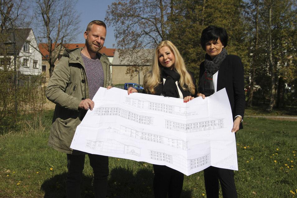 April 2019: Architekt Roman Krabbes sowie die Bauherinnen Simone Gerson und Gritt Schmidt (von links) zeigen die Baupläne für das neue Pflegeheim in Hartha an der Dresdener Straße.