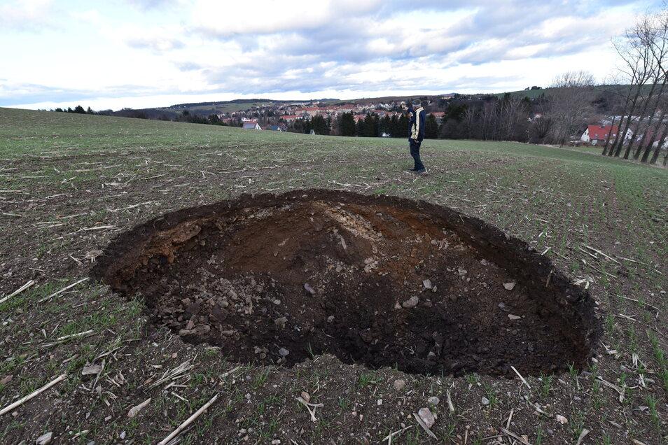 Damit fing die Sicherungsaktion an. Am Neujahrtag 2018 hatte sich dieses Loch auf dem Acker bei Dippoldiswalde aufgetan.