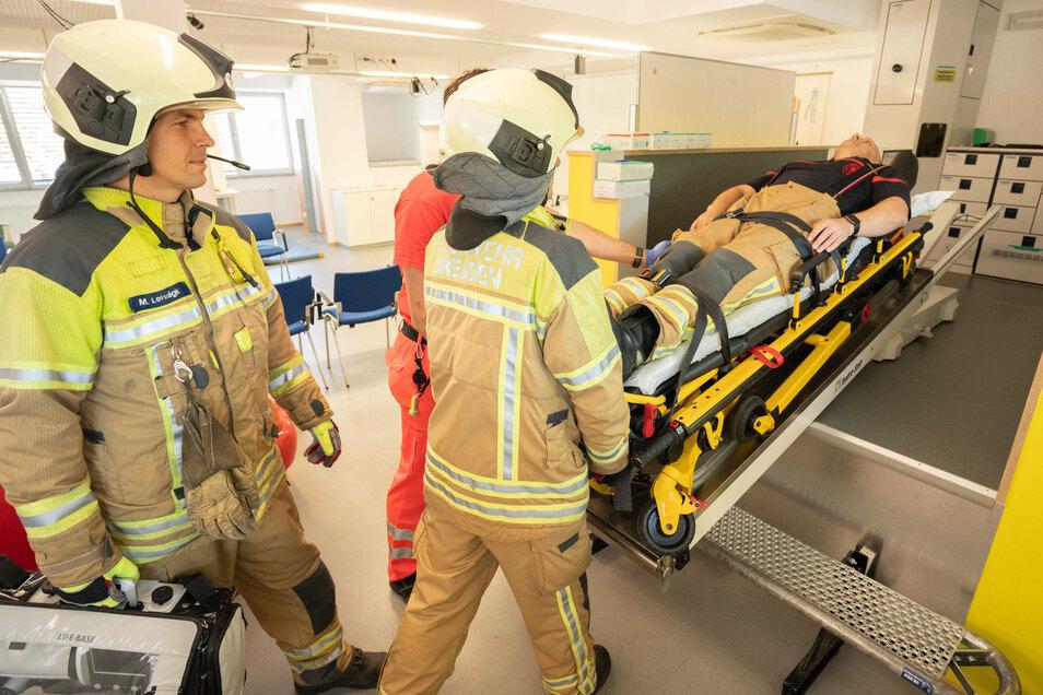 Üben, üben und nochmals üben. Schon zum dritten Mal startet im September die Ausbildung zum Notfallsanitäter bei der Feuerwehr in Dresden.