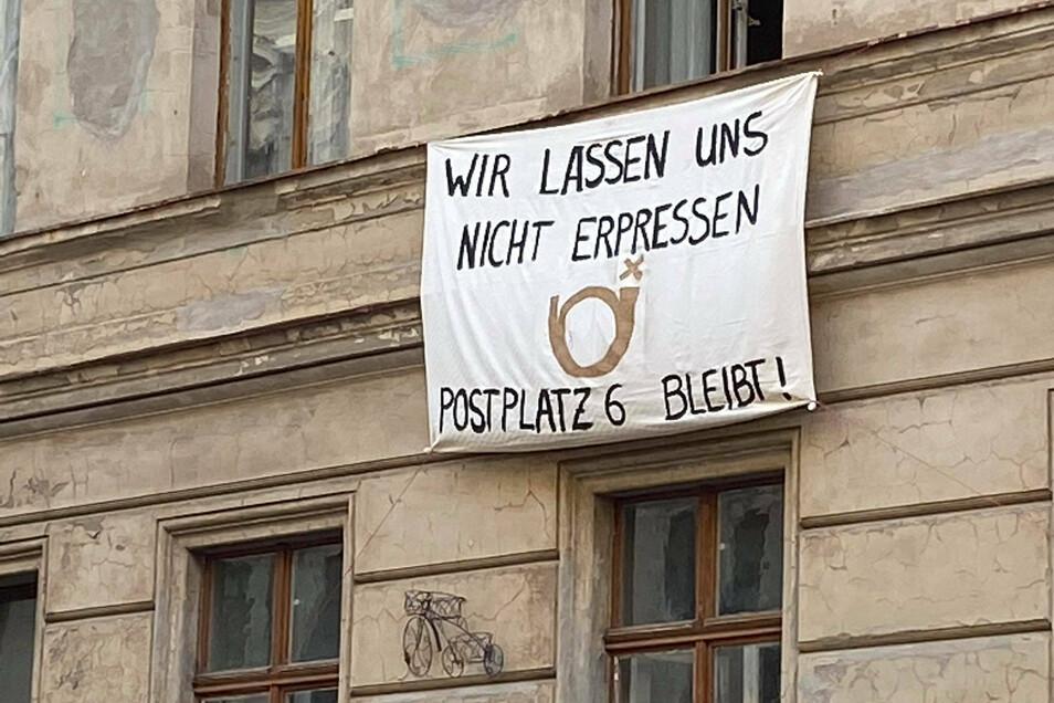 Nachdem die Plakate an den beiden Stadtvillen abgenommen werden mussten, mit denen gegen deren Abriss durch den Eigentümer des Görlitzer Kaufhauses, Winfried Stöcker, protestiert wurde, findet sich nun dieses Transparent an einem stark sanierungsbedürftig