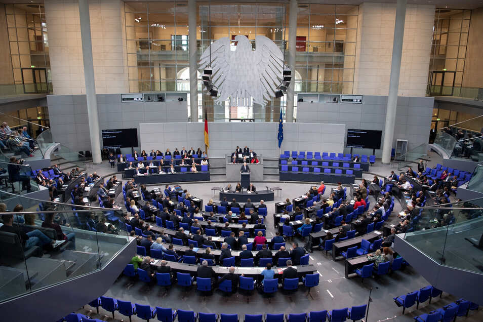 Der Plenarsaal des Deutschen Bundestages in Berlin während einer Sitzung (Symbolfoto).