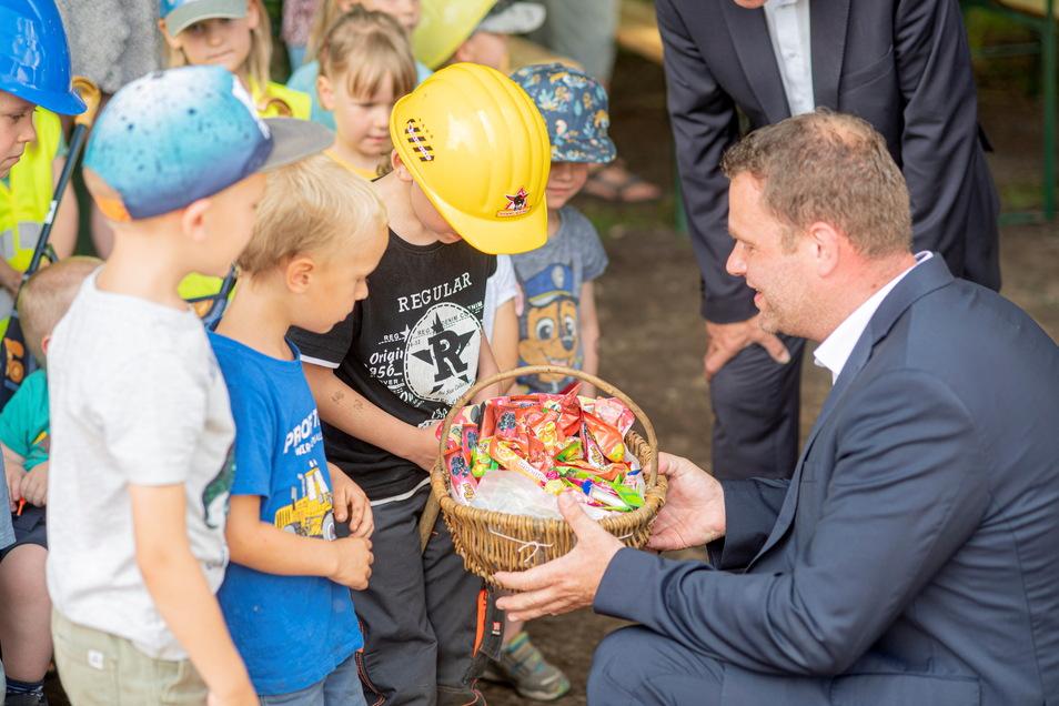 Für die fleißigen Bauhelfer gab es am Ende Gummibärchen von Großröhrsdorfs Bürgermeister Stefan Schneider.
