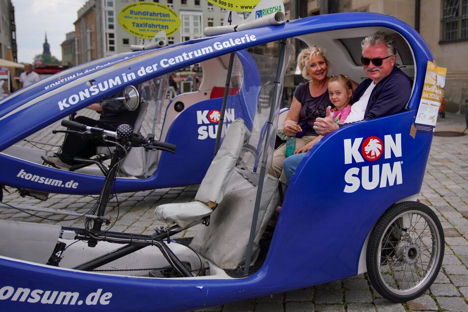 Zu den Ersten, die eine Städtetour nach Dresden unternehmen gehört auch Familie Thomas aus Köln. Sie genoss die entspannte Atmosphäre in der Innenstadt per Velotaxi.