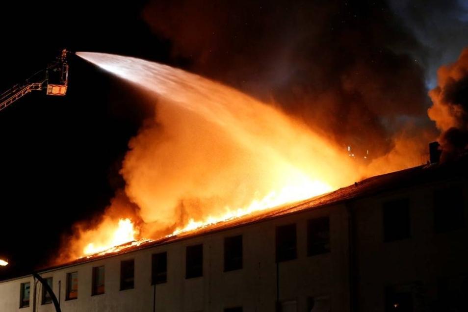 Bei einem dritten Gebäude konnten das die Einsatzkräfte gerade noch verhindern.
