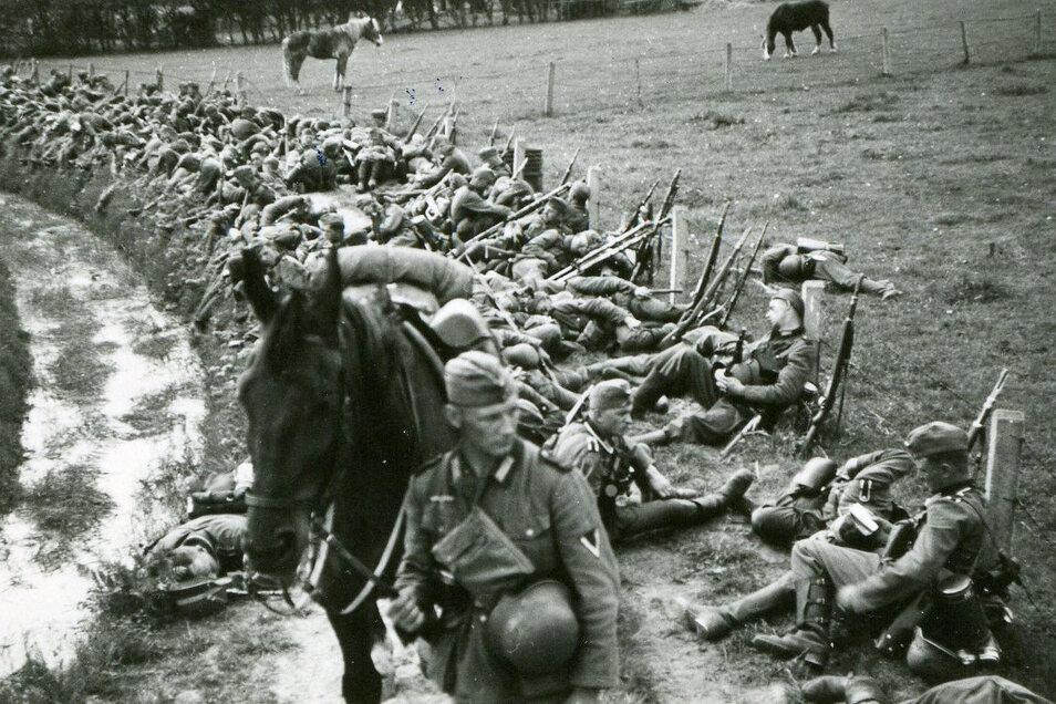 Ausgelaugt vom Rückzug: Marcel Weises Pionier-Kompanie bei einer Marschpause. Als die Sowjetarmee im August 1944 nach Rumänien vorstößt, rettet sich die Truppe ins Gebirge.