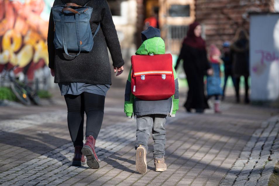 Viele Arbeitnehmer in Sachsen müssen ab Montag zu Hause bleiben, um ihre Kinder zu betreuen. Der Schulbetrieb wird eingestellt und Kitas haben voraussichtlich nur noch wenige Tage geöffnet.