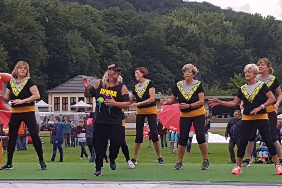 Trotz Regen ein voller Erfolg: Die Zumba-Senioren mit Trainerin Danny Müller von Rundumfit. Die älteste Tänzerin ist 82 Jahre alt!