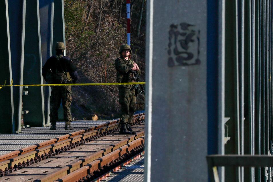 Die bewachte Eisenbahnbrücke zwischen Polen und Deutschland in Hirschfelde.