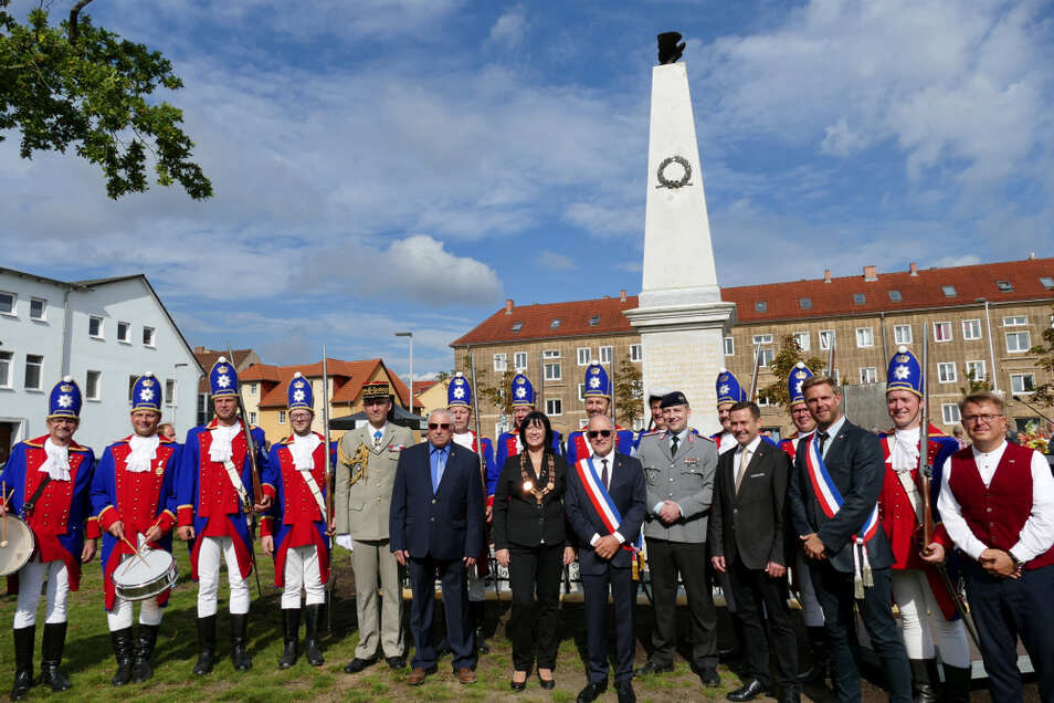 Mit einem Festakt erfolgt die Wiedereinweihung des sanierten Denkmals für die Gefallenen des deutsch-französischen Krieges in Spremberg. Als Ehrengäste begrüßt wurden unter anderem die Spremberger Bürgermeisterin Christine Herntier (Mitte) und ihr A
