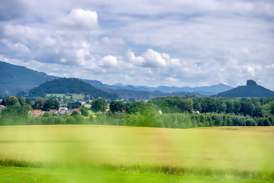 Links die Kaiserkrone, rechts der Zirkelstein, davor Reinhardtsdorf-Schöna .