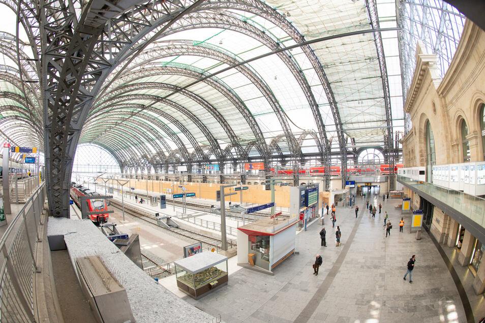 Im Hauptbahnhof wird jetzt an den letzten zwei Bahnsteigen der Mittelhalle gebaut, die noch nicht saniert sind.