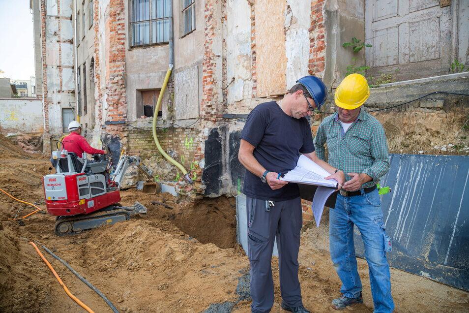 Bauleiter Kai Rimbach von der Firma AIP (links) und Polier Frank Baumgarten von der Firma HFS Ebersbach-Neugersdorf auf der Baustelle des neuen Landratsamtes in Görlitz: Derzeit läuft hier die Stabilisierung der alten Bausubstanz.