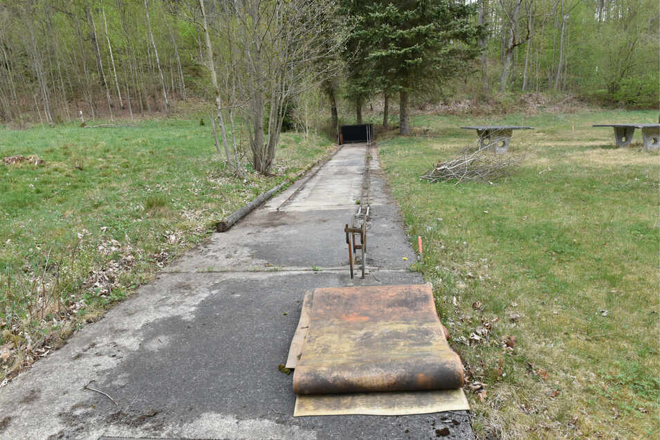 Die Kegelbahn im Außengelände wurde wiederentdeckt. Sie soll auf Vordermann gebracht werden.