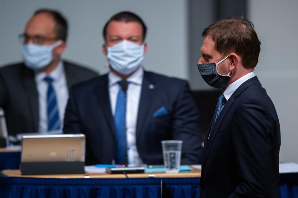 Sachsens Landtag tagte heute mit Mundschutz, so auch Ministerpräsident Michael Kretschmer (r.). Die Abgeordneten stimmten einstimmig zu, dass sich das Land neu verschulden darf, um die Auswirkungen der Corona-Pandemie auszugleichen.