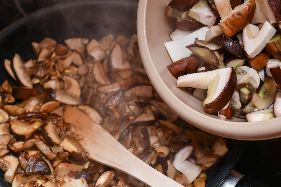 Die Pfanne sollte richtig heiß sein, bevor die Pilze in Rapsöl oder Butterschmalz angebraten werden.